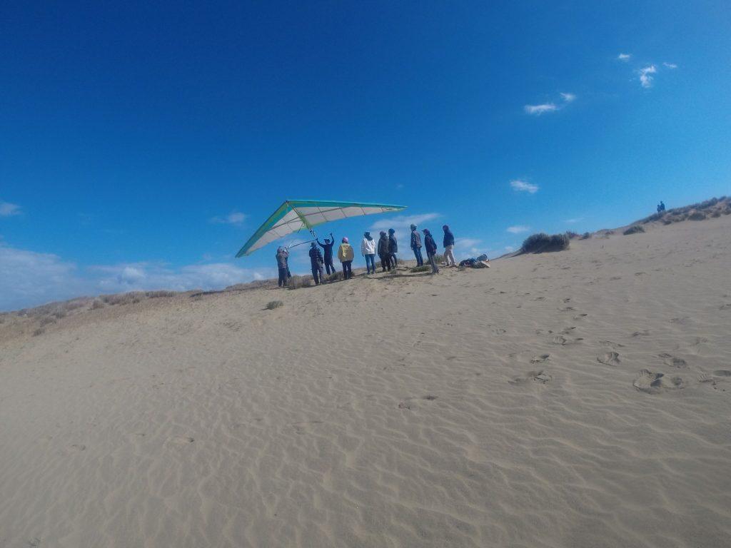 そこそこ風のパワーがあったので、まずはハンググライダーでレクチャー開始