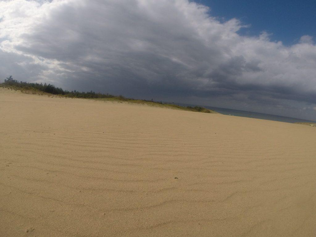 分厚い雲と雨がときどき通り過ぎた鳥取砂丘