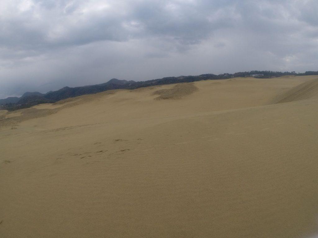 予報よりも雨模様となった鳥取砂丘