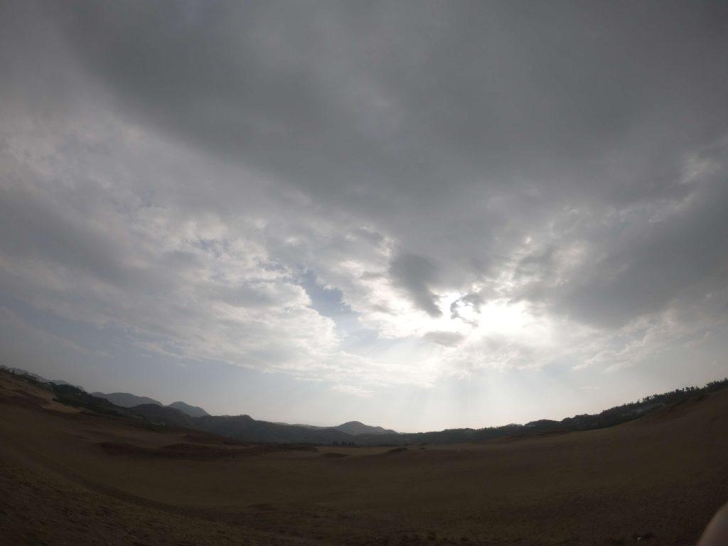 スタート時、ザッと雨が降ったあと空が明るくなってきた鳥取砂丘