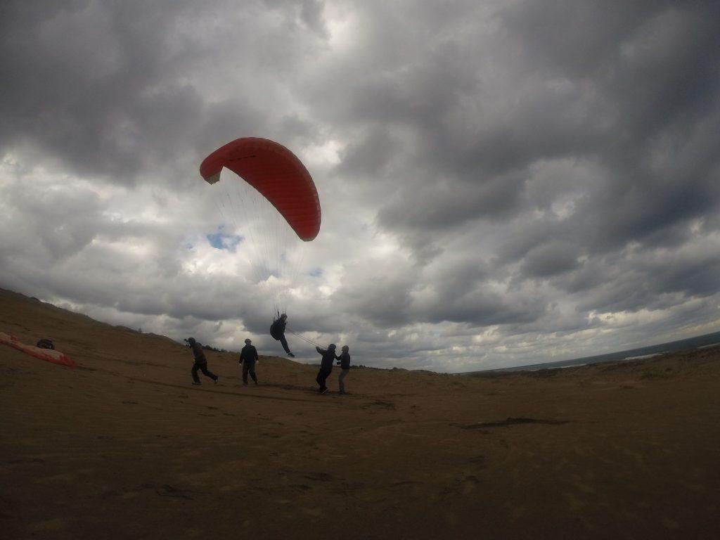 簡単に風に乗ることができ、またたく間に浮き始めるパラグライダー