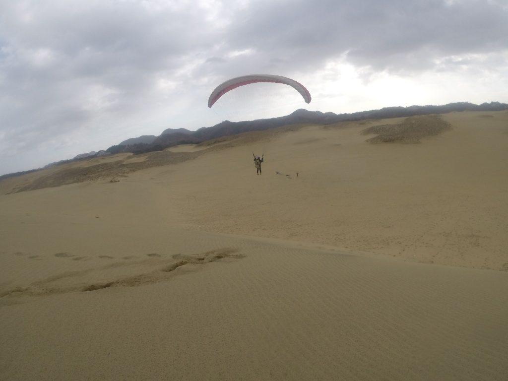 するとあっという間に空中へ浮かび上がるパラグライダー