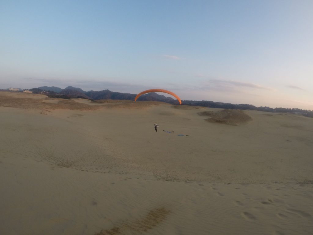 陽が沈んでからも飛んだりして、一日フルに使って鳥取砂丘で遊びましたね!