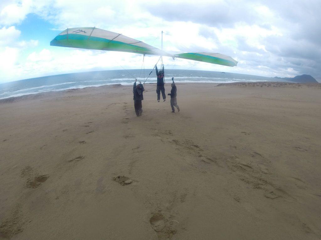 先ほどより風速アップしていたので、まずはハンググライダーに挑戦