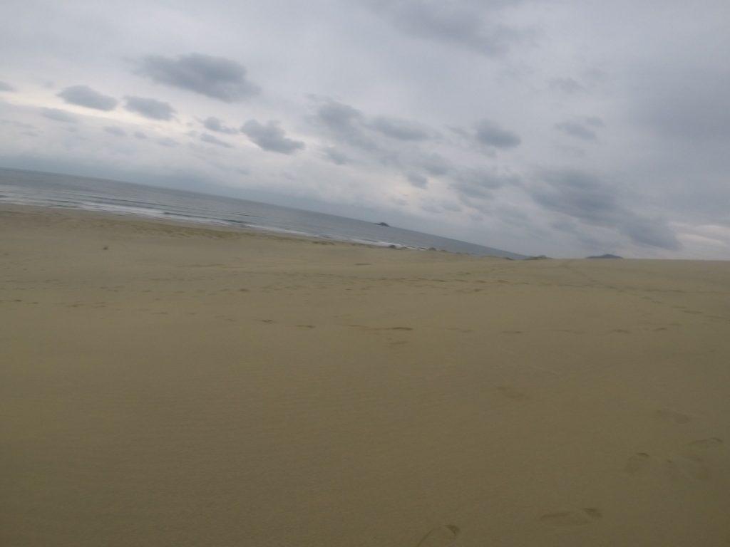 朝までと違い、急に空が暗くなってきた鳥取砂丘