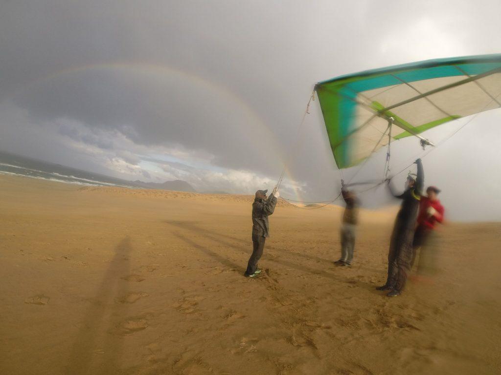 鮮やかな虹をバックに、バランス取りの練習