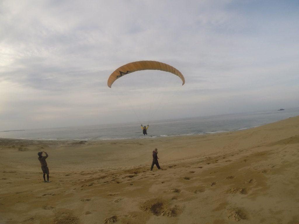 日本海を眼下に見ながら、ぐ~んと飛んでいくパラグライダー