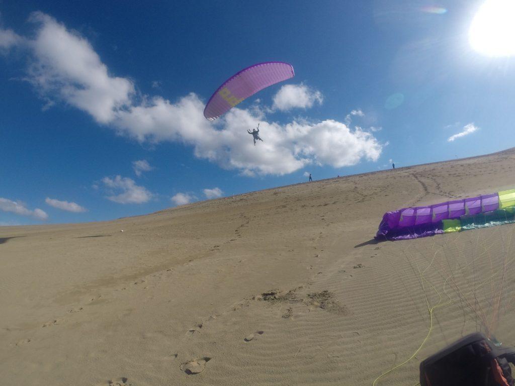 風に包まれながら、ふわふわ初めての空にタッチ