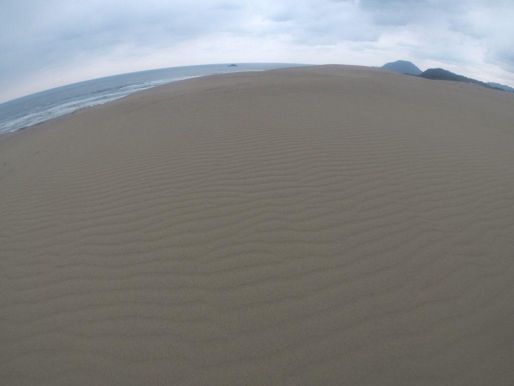 辺りには雨雲が垂れこめていた鳥取砂丘