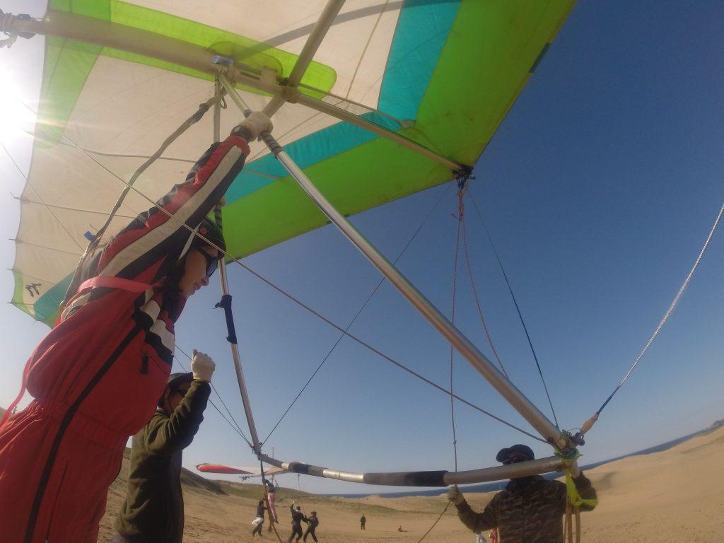 風が強い間はハンググライダーで開始