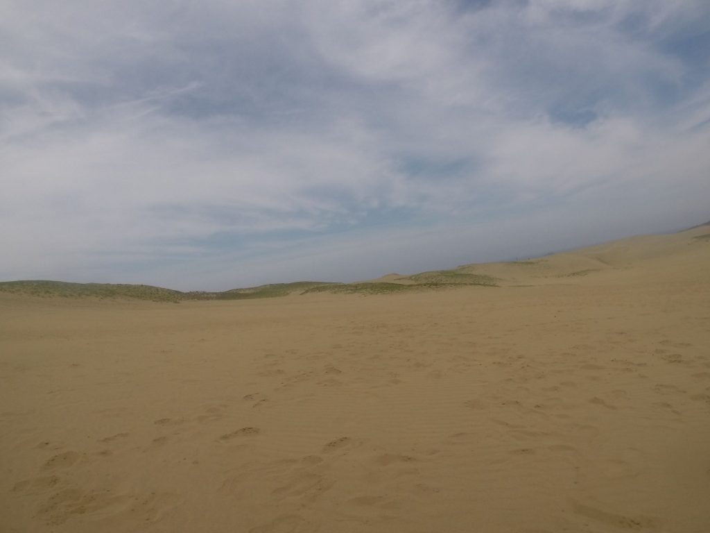 雲がはりだしてきた鳥取砂丘