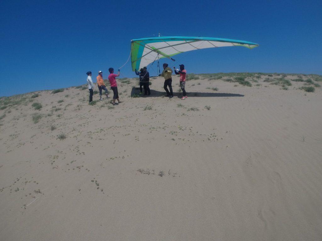 風が強い間はハンググライダーで