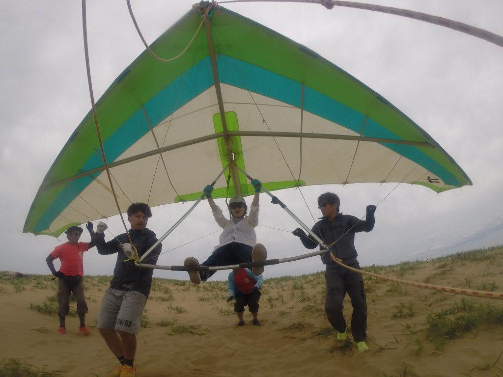 強風ということで、ハンググライダーでスタート