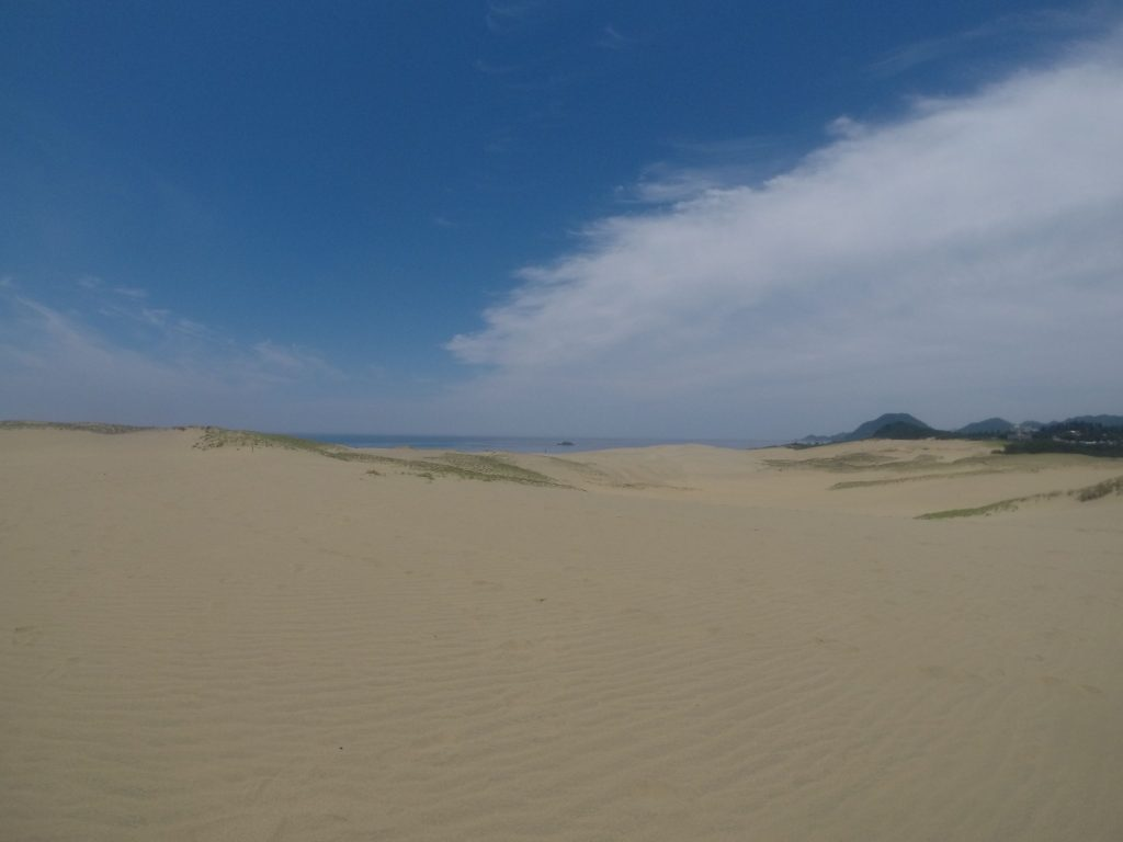 やがて雲が抜けて晴れてきた鳥取砂丘