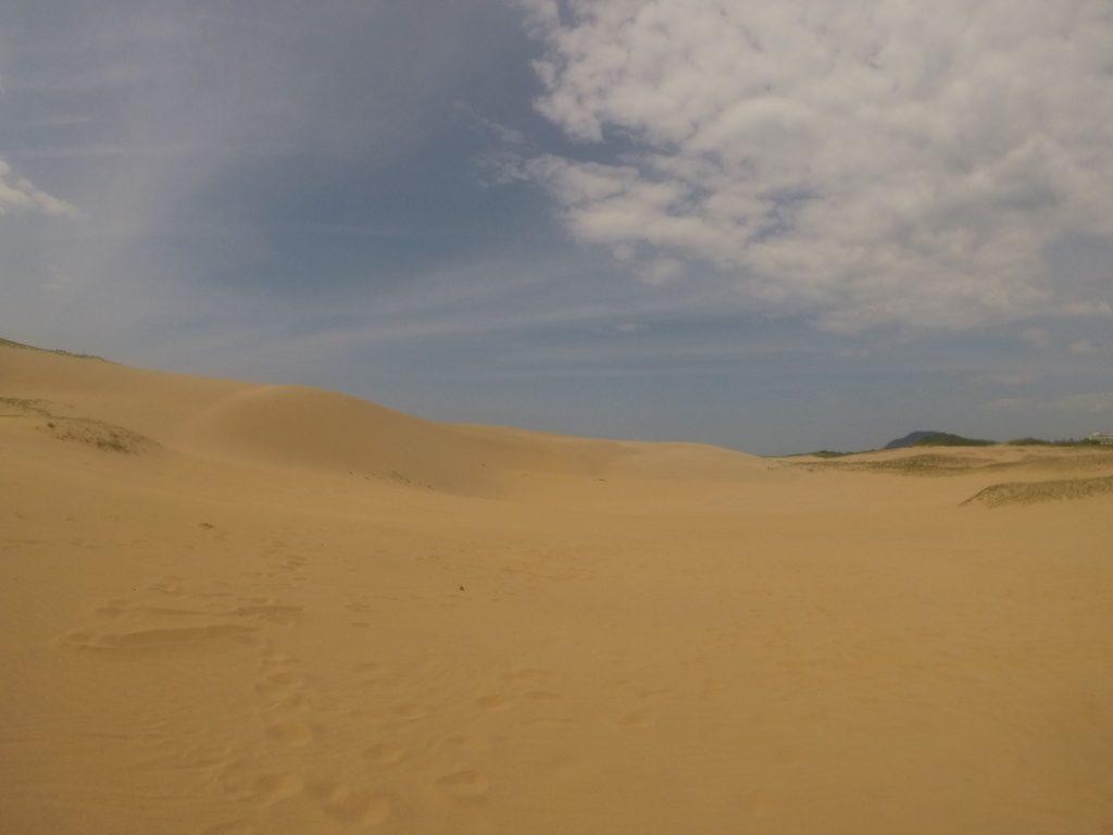 雲が多いながらもよく晴れている鳥取砂丘