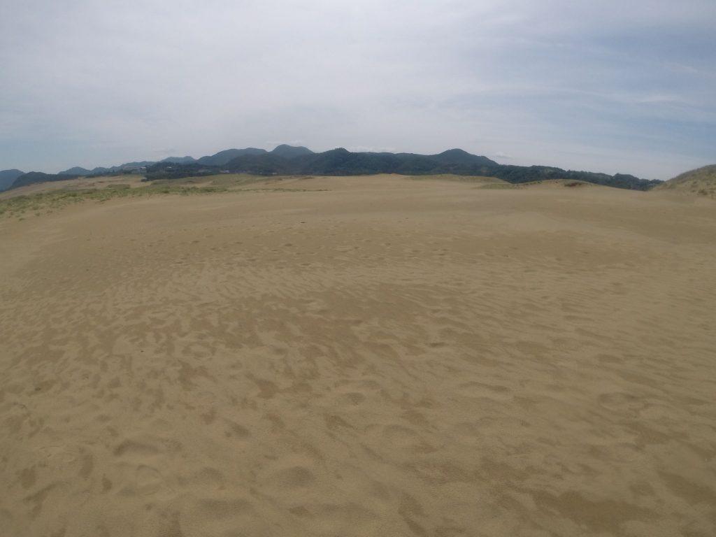 地面がゆっくり乾いてきた鳥取砂丘