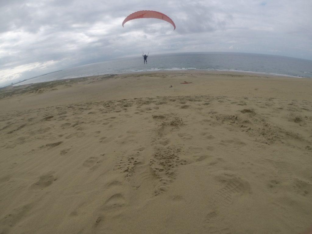 日本海に向けて滑空していくパラグライダー
