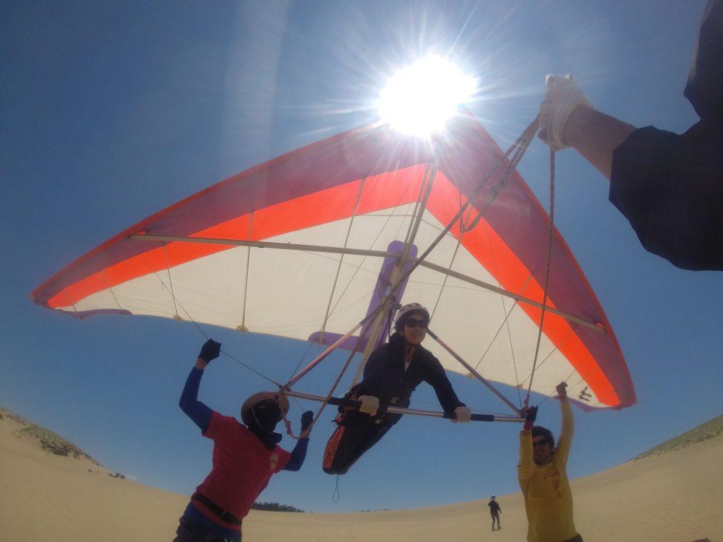 午後から風速が上がって、風紋がくっきり現れてきました。ハンググライダーで遊びます。