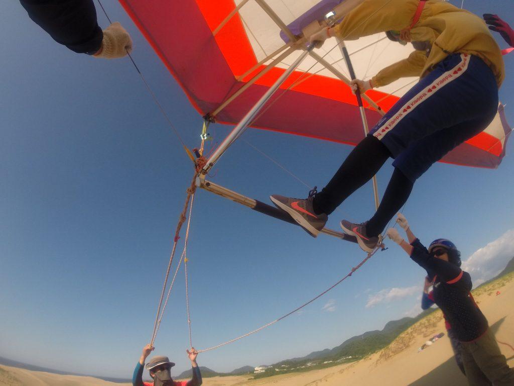 強めの風の中ハンググライダーで浮遊を開始。