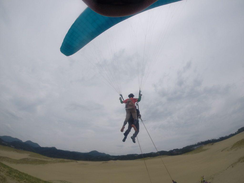 風の弱まったタイミングでタンデムパラグライダーに挑戦