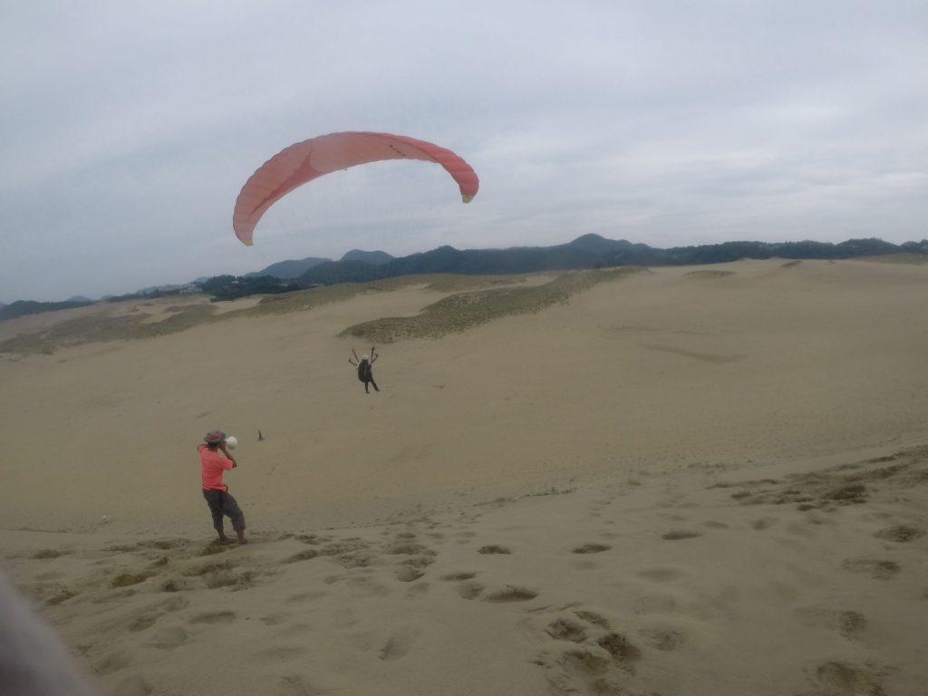 初めは南風のため、山に向かってのフライト。