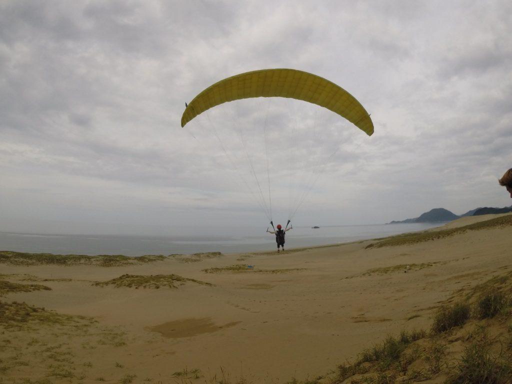 昨日と違って、ソロフライトに絶好の風。 気持ち良さそうにゆらゆらと風に乗ってますね。