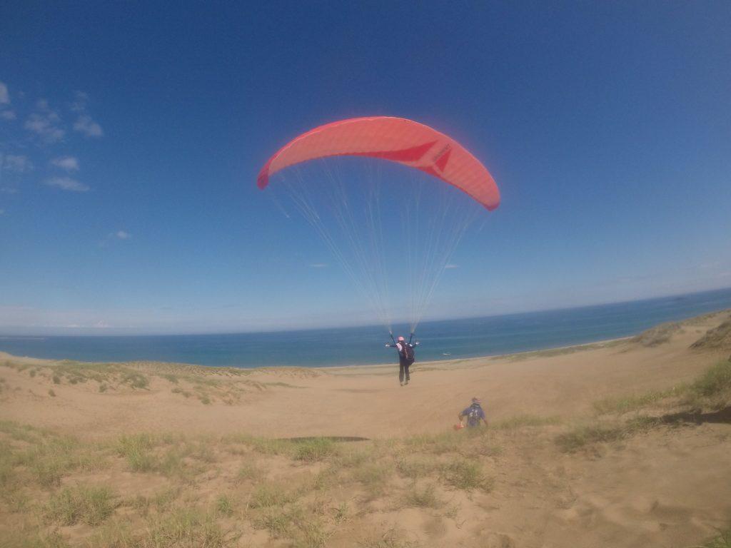 飛んだあ〜。青い海と空に綺麗に吸い込まれてますね。