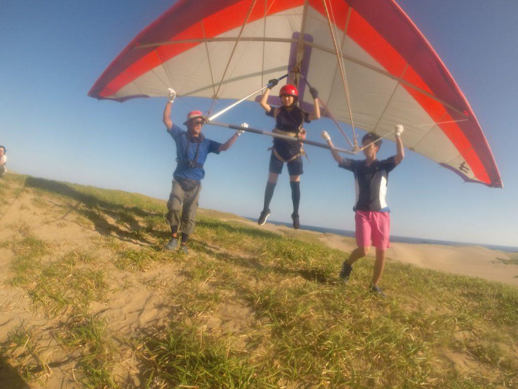 ハンググライダーの体験。 風を身体全体で体感しています。