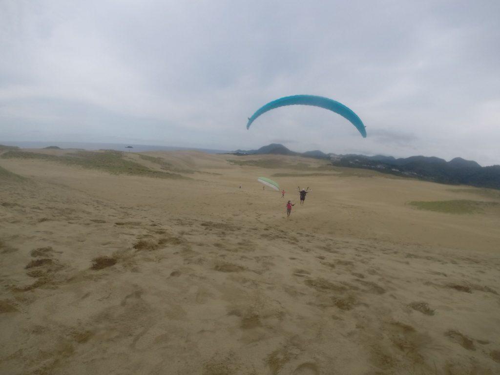ロープをつけてのフライト。 ゆっくりと砂丘の景色を楽しみながら飛んでいきます!
