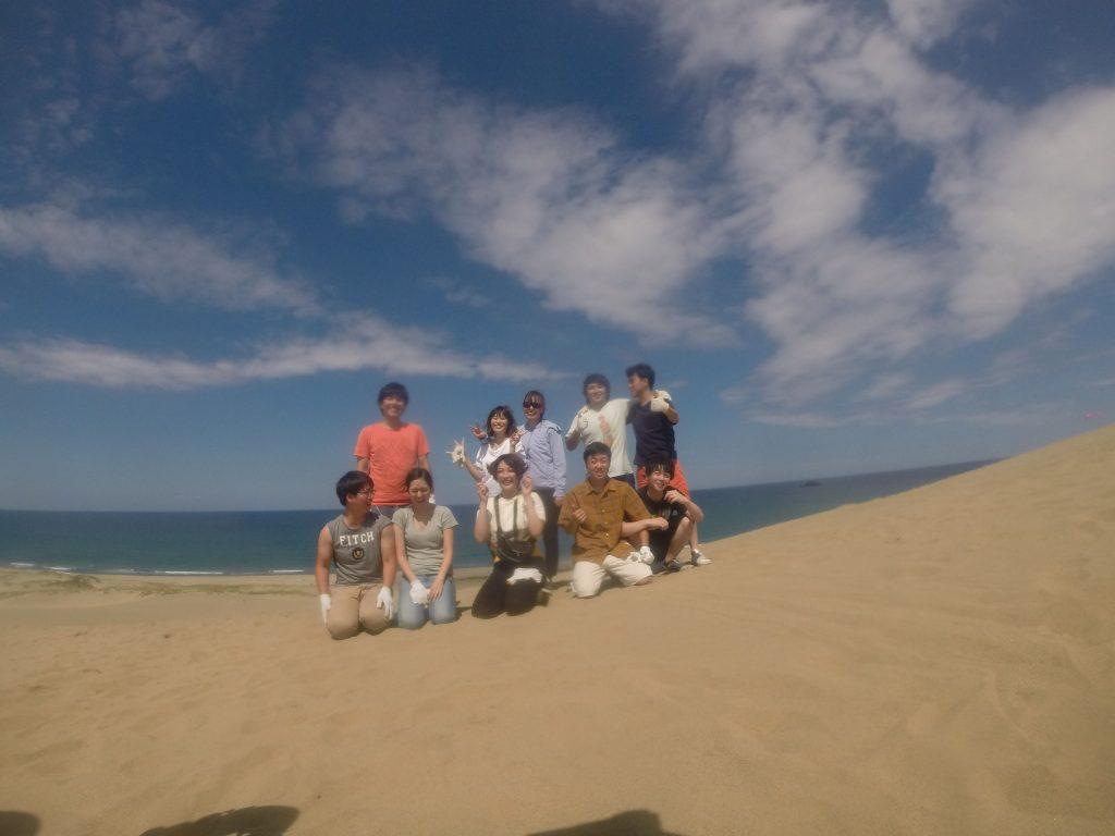 午前の部。晴れ晴れとした砂丘をバックに海に向かって飛んでいきました。